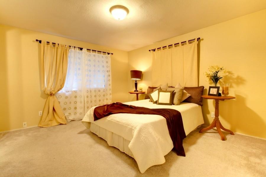 Теплый свет в спальне